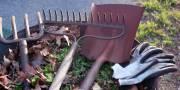 tuingereedschap op kruiwagen