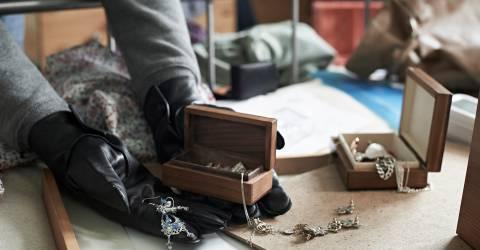 Inbreker stelen Items vanuit slaapkamer tijdens huis breken, schade particulier, wonen, inbreken, inbreker, sieraden, slaapkamer