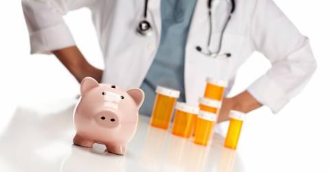 arts met stethoscoop om en voor hem een spaarpot en lege pillenpotjes