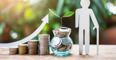 Stijgende stapel munten en een potje gevuld met geld en een plantje voor het pensioen