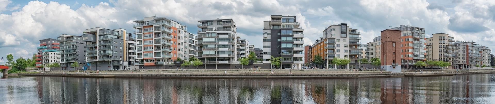 Rij met appartementen aan de waterkant